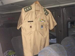 Coronel reformado deixava farda pendurada no interior do veículo (Foto: Divulgação / Polícia Federal)