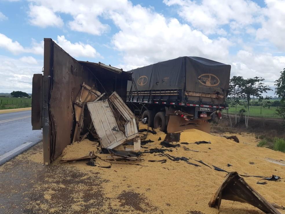Caminhão carregado de soja se envolveu em acidente na BR-364 em RO — Foto: PRF/Divulgação