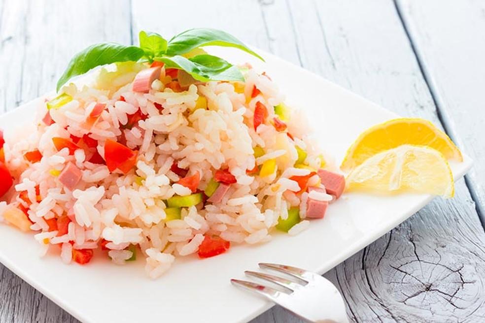 Salada de arroz leva ervilhas frescas, presunto, mussarela e batata palha — Foto: Adobe Stock