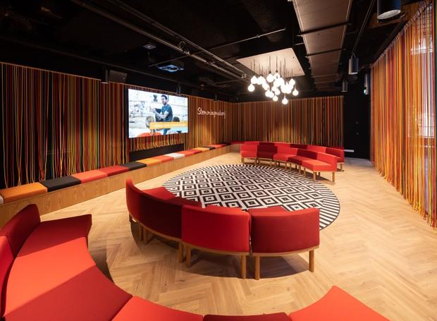 Fechada pelas telas têxteis que estão em toda a construção, uma sala de bate-papos é formada e ganha área privada (Foto: Ossip Architectuurfotografie/ Arch Daily/ Reprodução)