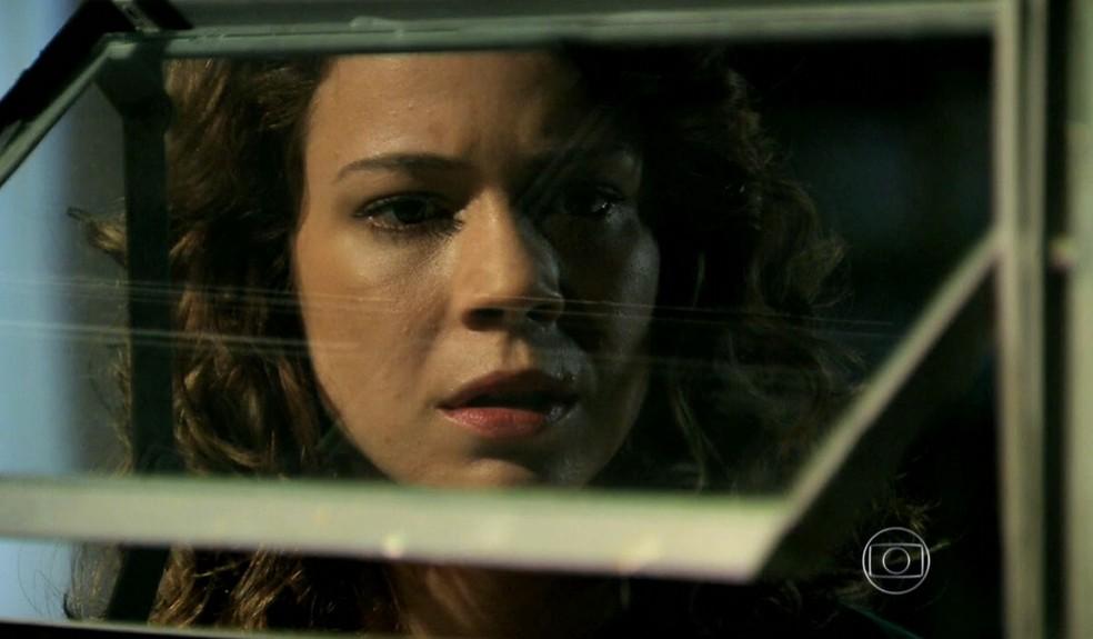 Cristina (Leandra Leal) vê Maria Clara (Andréia Horta) e Vicente (Rafael Cardoso) se beijando - 'Império' — Foto: Globo