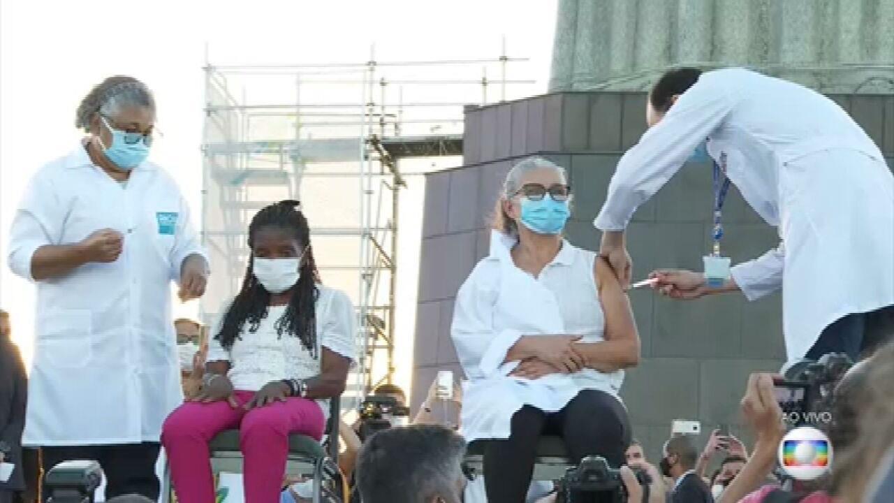Primeiras moradoras do RJ são vacinadas no Cristo Redentor