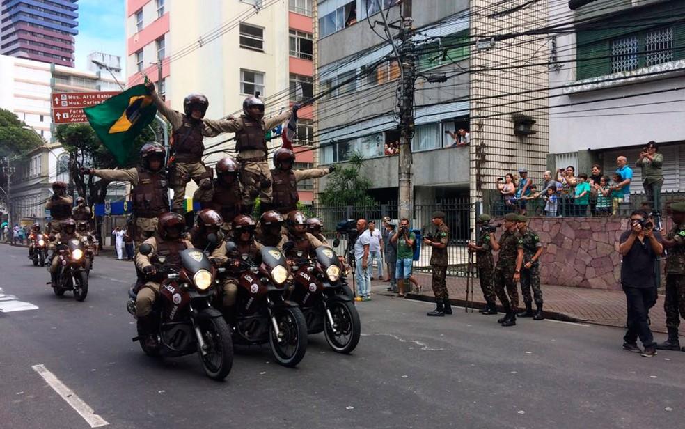 Batalhão faz apresentação no desfile do 7 de setembro (Foto: Henrique Mendes/G1)