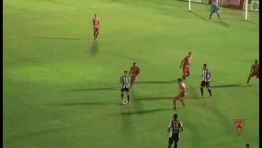 Com um jogador a menos, time coloca adversário na roda e faz golaço em Minas