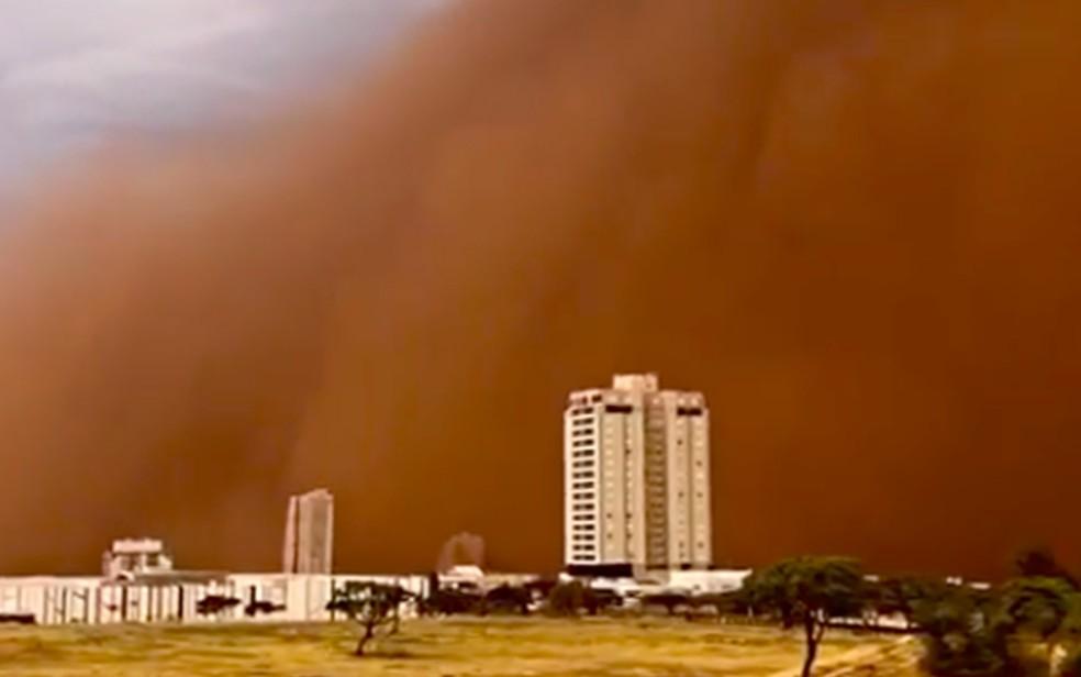 Nuvem gigante de poeira parece engolir Franca, SP, neste domingo (26) — Foto: Thaísa Vilas Boas