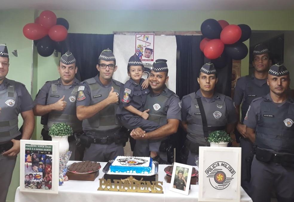 Policiais militares de Cosmópolis fizeram festa de aniversário para menino com leucemia (Foto: Polícia Militar/Divulgação)