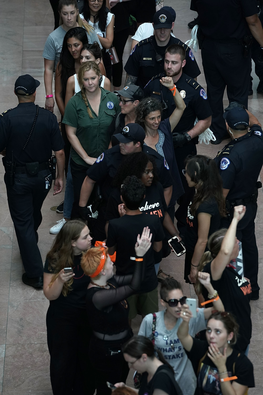 Amy Schumer é levada presa durante protesto (Foto: Getty Images)