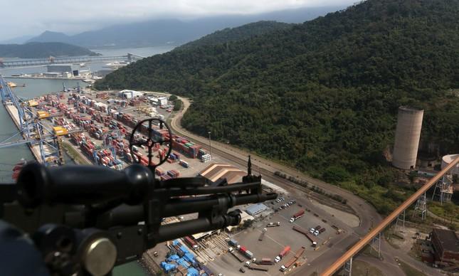 O porto de Itaguaí durante uma operação policial, em 2018