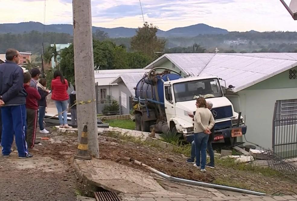 Caminhão invadiu varanda da casa, derrubou portão e provocou rachadura na residência — Foto: Reprodução/RBS TV
