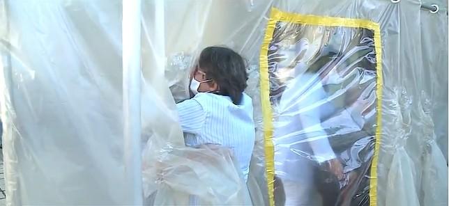 Lar de idosos em SC tem reencontro de pai e filha com 'cortina do abraço' na véspera do Dia dos Pais