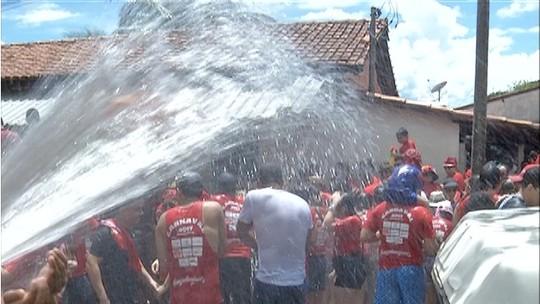 Tradição de blocos do Tocantins é dar 'banho' em foliões durante carnaval