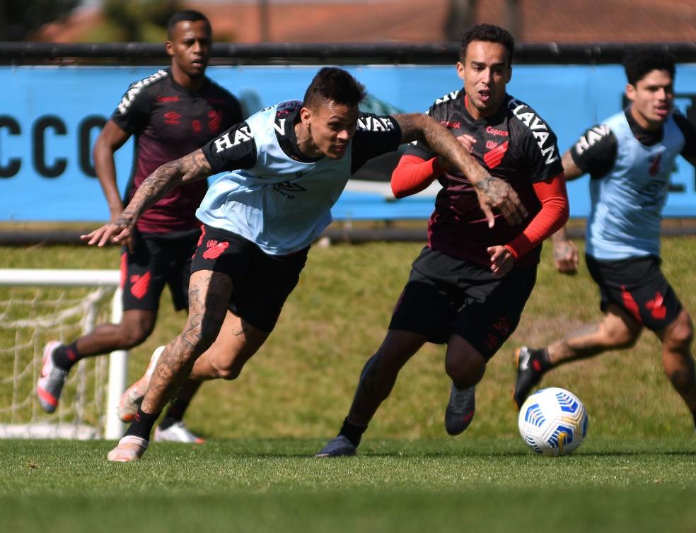 Richard treinou normalmente no Ct Caju. Imagem/Reprodução: Gustavo Oliveira/Athletico Paranaense