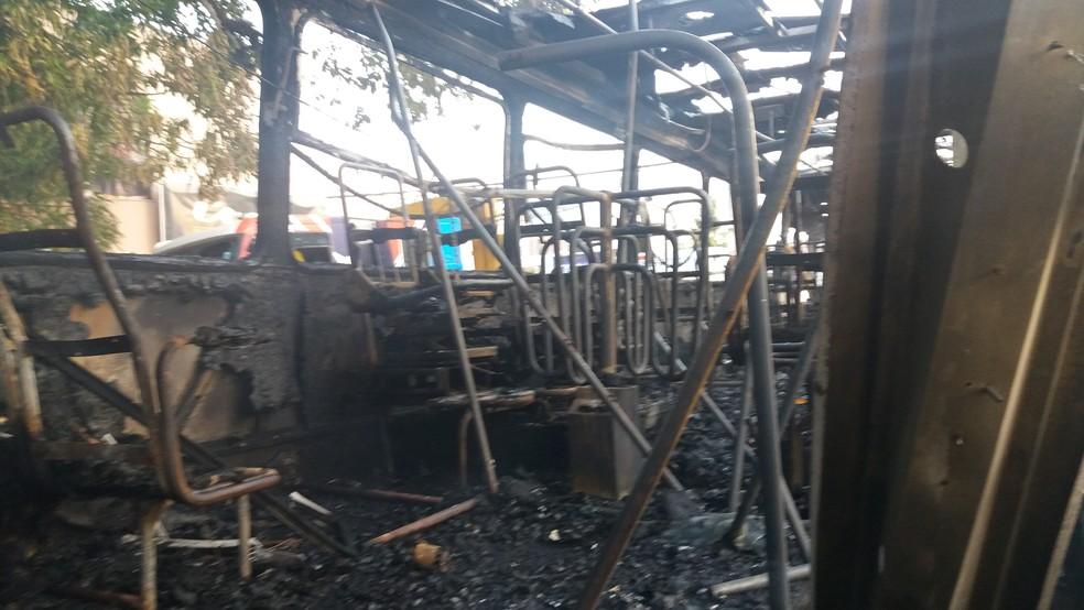 Veículo ficou completamente destruído (Foto: Rita Torrinha/G1)