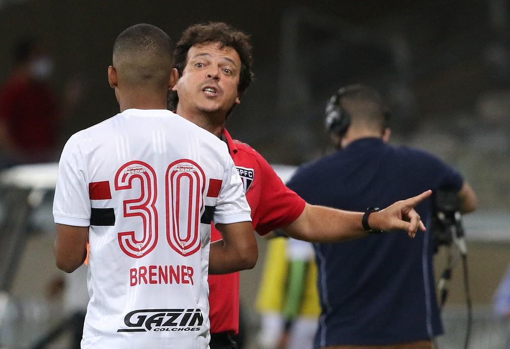 Fernando Diniz conversa com Brenner: dupla não vive boa fase no São Paulo — Foto: Rubens Chiri/saopaulofc.net