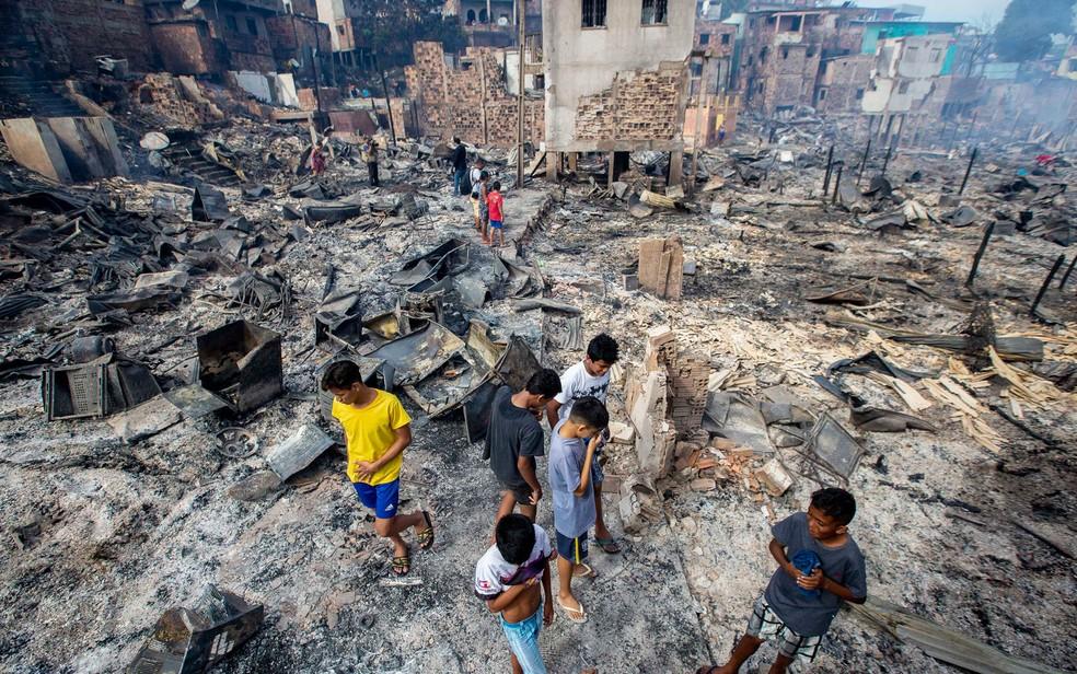 Incêndio de grandes proporções destruiu 600 casas do bairro Educandos, em Manaus — Foto: Suamy Beydoun/AGIF/Estadão Conteúdo