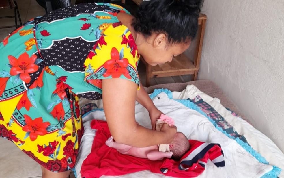 Moradora amamentou bebê abandonado e cuidou dele até chegada dos Bombeiros — Foto: Reprodução/TV Anhanguera