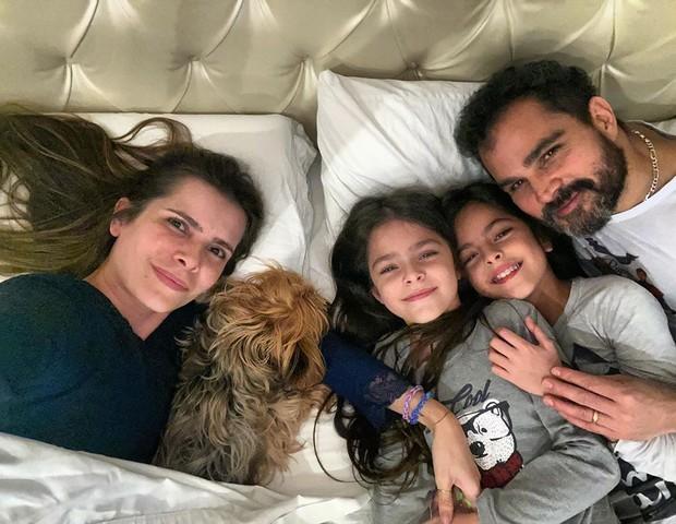 Luciano Camargo com Flávia Fonseca e as filhas Isabella e Helena (Foto: Reprodução/Instagram)