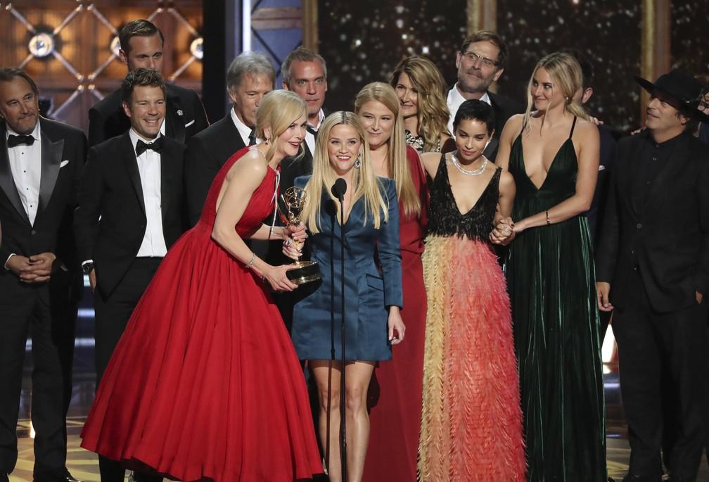 Nicole Kidman, Reese Witherspoon e o resto do elenco e da equipe de 'Big Little Lies' agradecem o Emmy de melhor série limitada (Foto: Mario Anzuoni/Reuters)