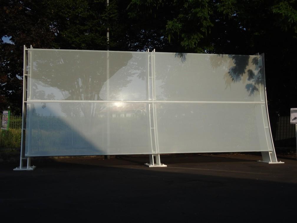 Os vidros brancos colocados na Arena Corinthians ainda em tratamento na Itália — Foto: Aníbal Coutinho/Acervo pessoal