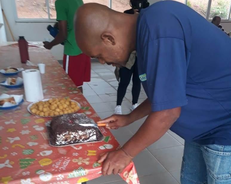 Morador de rua ganha bolo depois de contar a guardas que não lembrava última vez que tinha comemorado aniversário