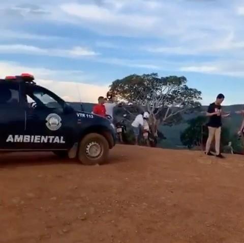 Vídeo mostra Guarda Municipal dispersando pessoas durante trilha no Morro do Limpão
