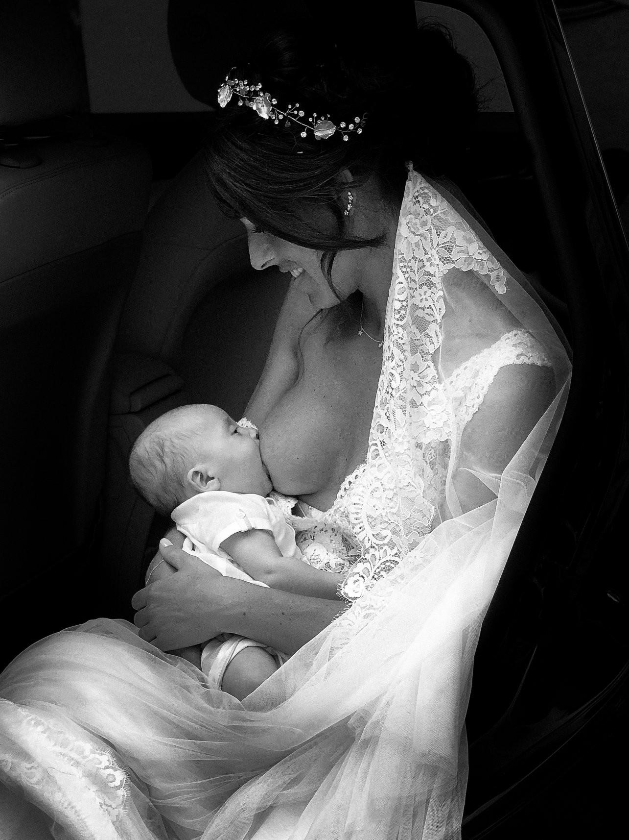 A foto inteira da noiva clicada amamentando em ensaio de casamento (Foto: Reprodução / Facebook Antonio Terrón)