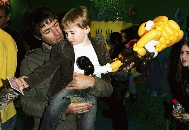Liam Gallagher e seu filho Gene Appleton Gallagher (Foto: Getty Images)
