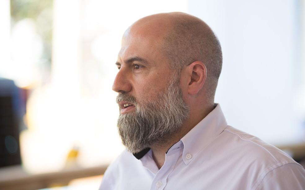 O gerente de desenvolvimento de distribuidores da Komatsu, Chrystian Garcia, na Agrishow 2018 (Foto: Érico Andrade/G1)