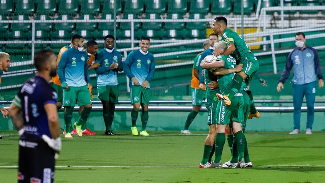 Jogadores da Chapecoense comemoram gol de Anselmo Ramon diante do Confiança