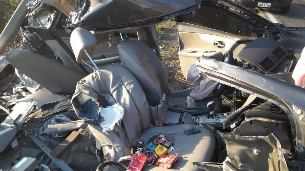 Carreta destruiu carro em batida na MG-179 — Foto: Corpo de Bombeiros