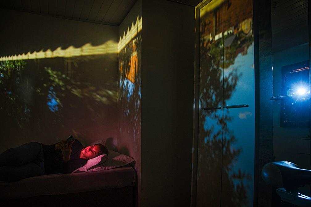 Ensaio usa princípio da 'camera obscura' para fundir vista da janela com interior de casas durante a pandemia — Foto: Ursula Jahn/obs-cu-ra Pandemic Portraits