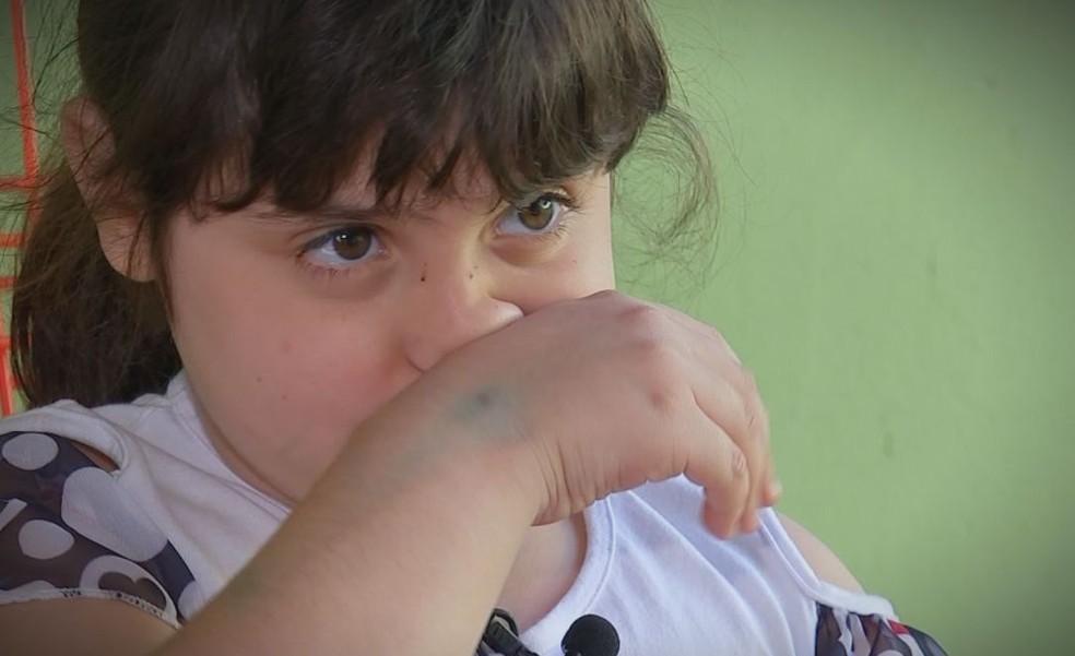 Maria Eduarda sofre com o pó que fica nas ruas de terra nos dias de tempo seco  (Foto: Reprodução / TV TEM )