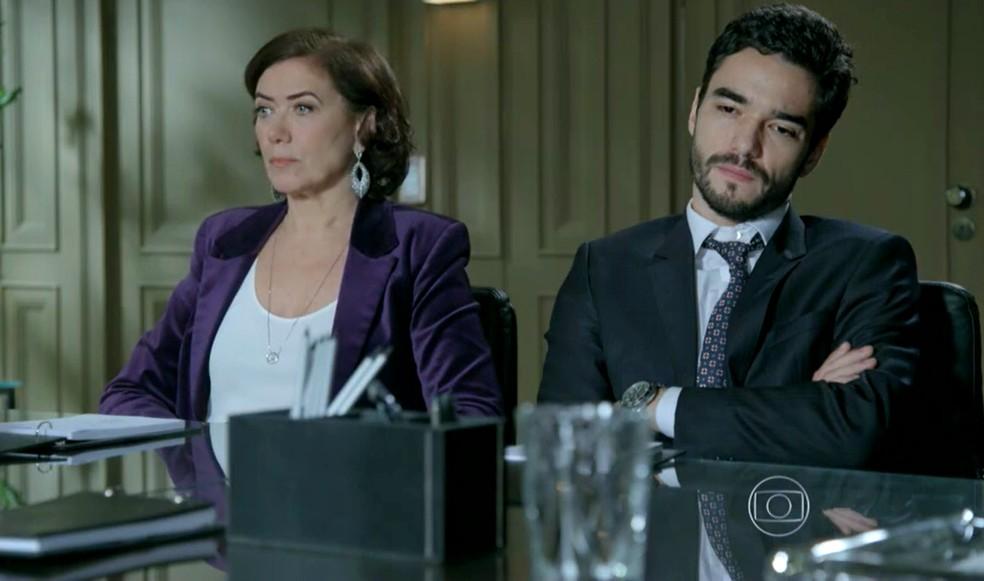 José Pedro (Caio Blat) fica calado durante revelação de desfalque na empresa do pai - 'Império' — Foto: Globo