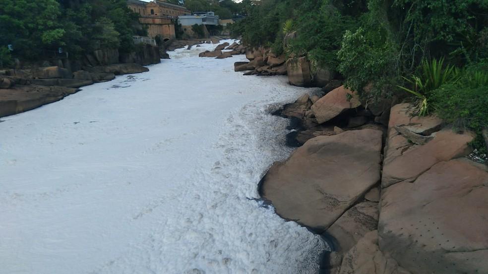 Rio Tietê fica coberto por espuma tóxica em Salto — Foto: Gilberto Esquerdo/ Arquivo Pessoal