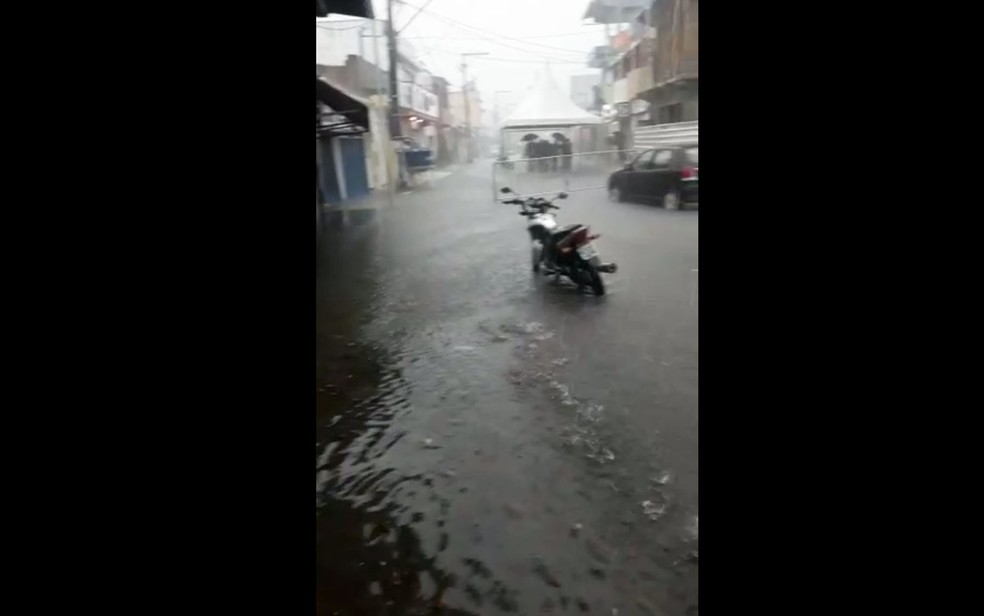 Chuva em Uruçuca nesta segunda-feira (26), deixou ruas alagadas na cidade — Foto: Redes Sociais