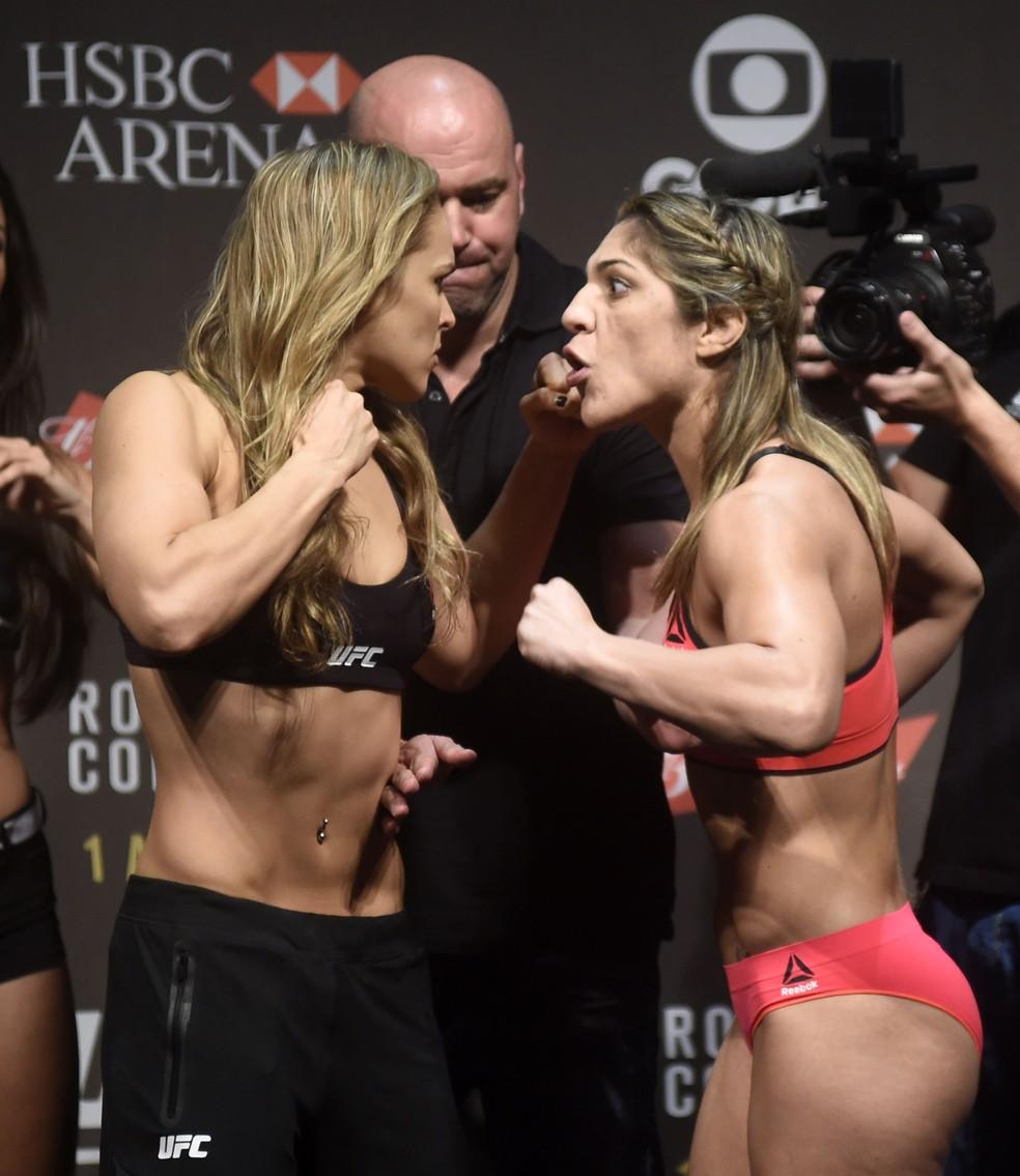 Disputa de cinturão contra Ronda Rousey (esq.) marcou época e alavancou carreira de Bethe — Foto: André Durão