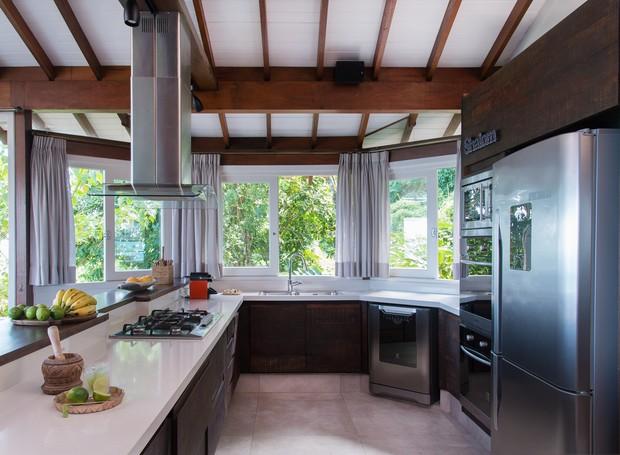 A praticidade fala alto na cozinha, com piso de porcelanato, bancada de quartzo e uma coifa poderosa (Foto: Cacá Bratke/Divulgação | Produção Deborah Apsan)