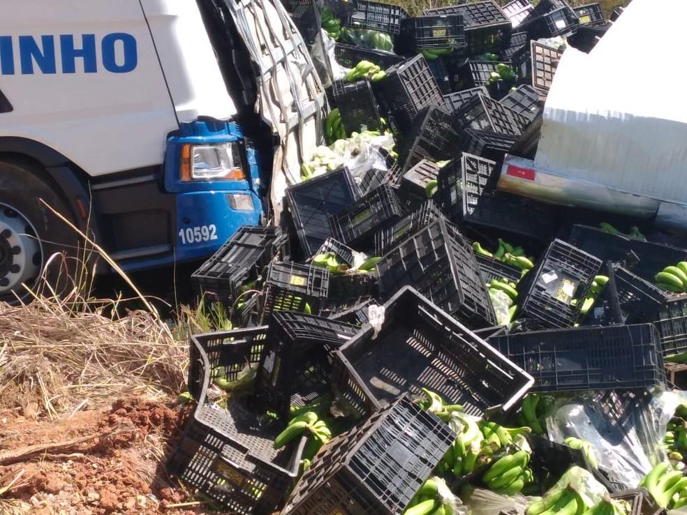 Carga de banana ficou espalhada — Foto: Polícia Militar Rodoviária/Divulgação