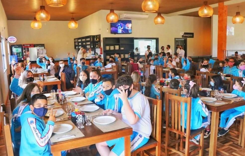 Alunos e funcionários de escola da rifa da fazendinha na pizzaria — Foto: Escola Básica Municipal Bairro Bortolotto/Arquivo