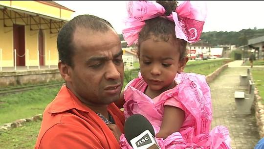 Sem dinheiro, pai improvisa fantasia para filha com sacolas plásticas em SC