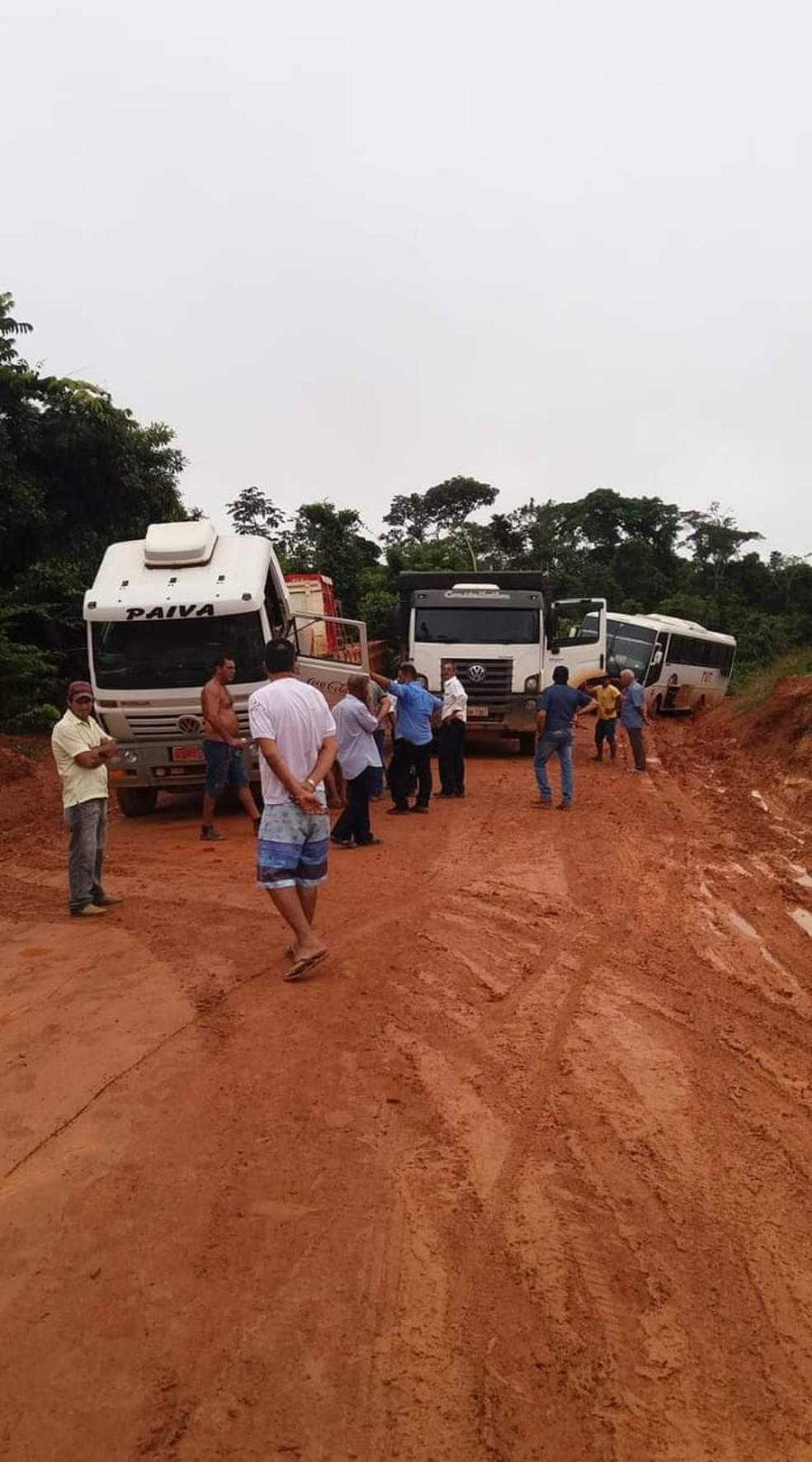 Segundo os motoristas, os piores trechos ficam a seis quilômetros de Castanheira — Foto: Arquivo pessoal