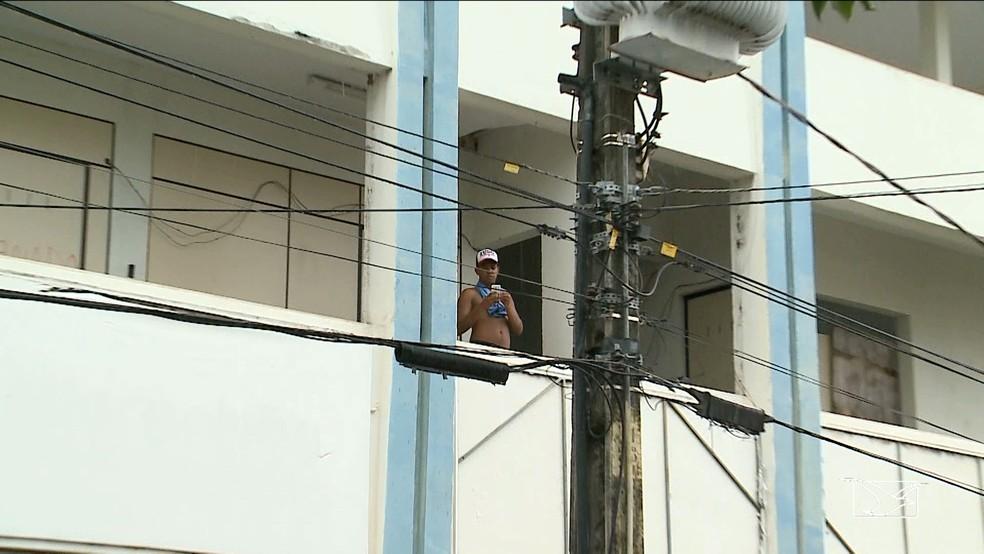 Prédio no centro da cidade é ocupado por pessoas que não tem mais condições de pagar aluguel. (Foto: Reprodução/ TV Mirante)