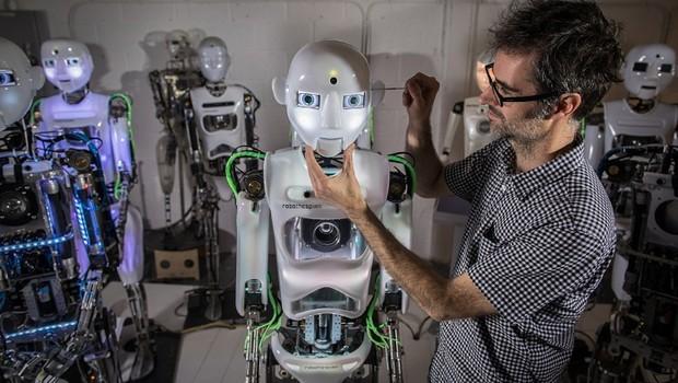 Engenheiro trabalha no design do RoboThespian (Foto: Matt Cardy/Getty Images)