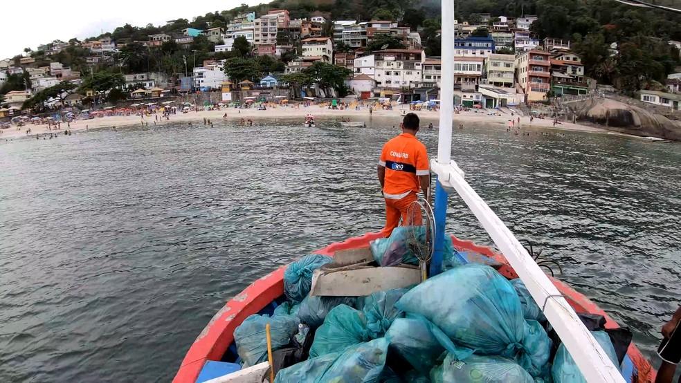 A limpeza da região das praias da Barra de Guaratiba, na Zona Oeste do Rio, é feita pela Comlurb. — Foto: Divulgação/Comlurb