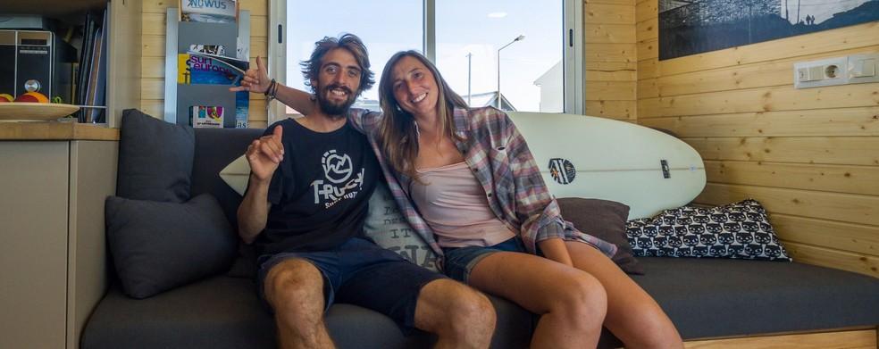 Daniela e Eduardo criaram o caminhão-hotel e estão presentes nas viagens (Foto: Divulgação Surf Truck Hotel)