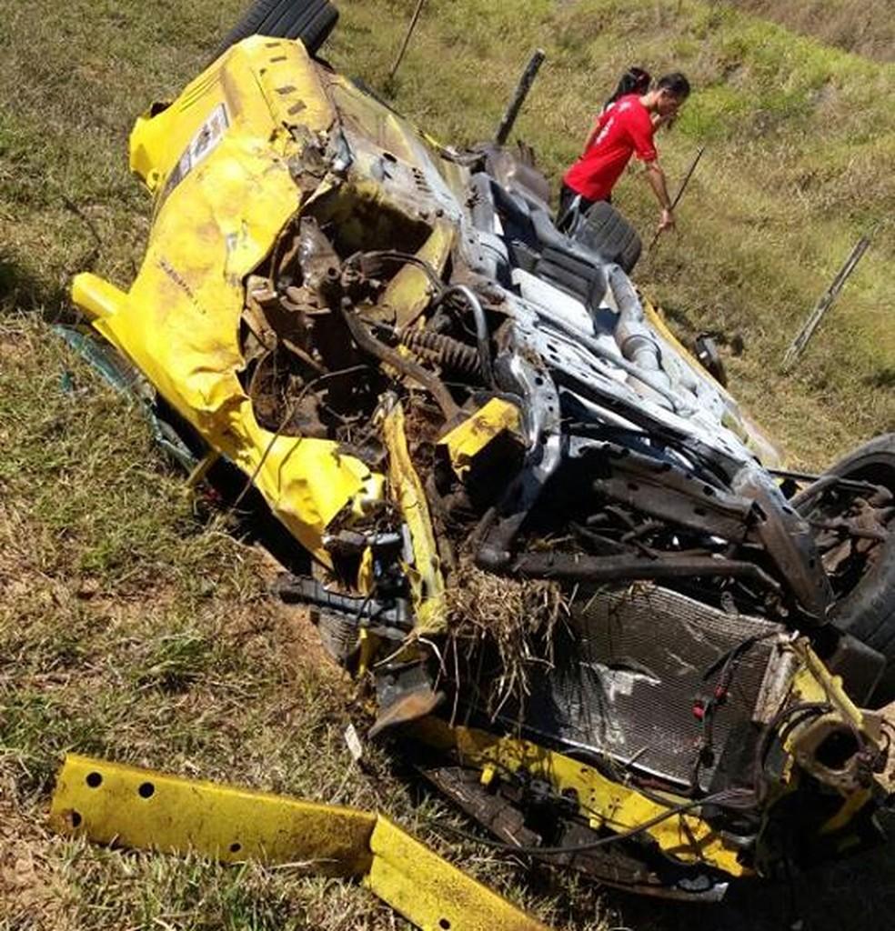 Carro esportivo ficou destruído após acidente em Echaporã (Foto: The Brothers / Divulgação)