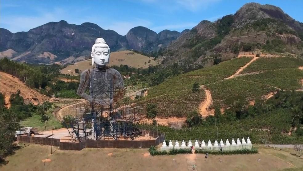 Estátua chama a atenção de quem passa às margens do km 217 da BR-101 — Foto: Reprodução/TV Gazeta