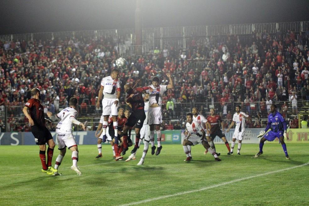 Atlético-GO ganhou fôlego após vitória sobre o Brasil de Pelotas — Foto: Carlos Insaurriaga/Brasil de Pelotas