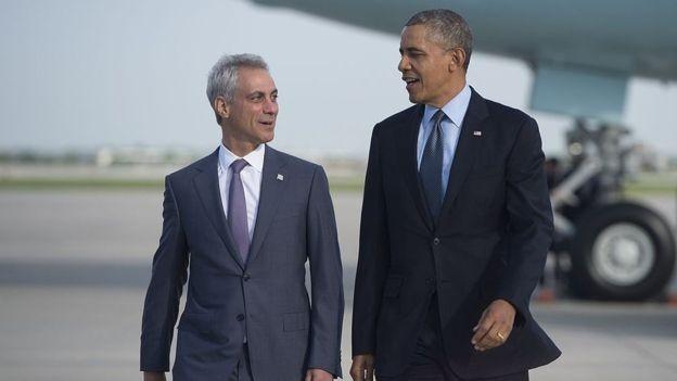 """Como Prefeito, Rahm Emanuel tinha uma certa """"aura estelar"""" por causa de sua ligação com o ex-presidente Barack Obama (Foto: SAUL LOEB/GETTY IMAGES, via BBC)"""