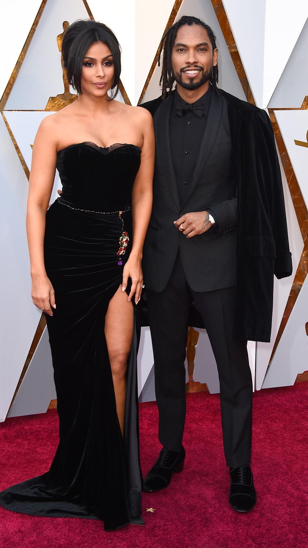 O cantor Miguel, da trilha sonora de 'Viva', e Nazanin Mandi chegam ao Oscar 2018 (Foto: Jordan Strauss/Invision/AP)